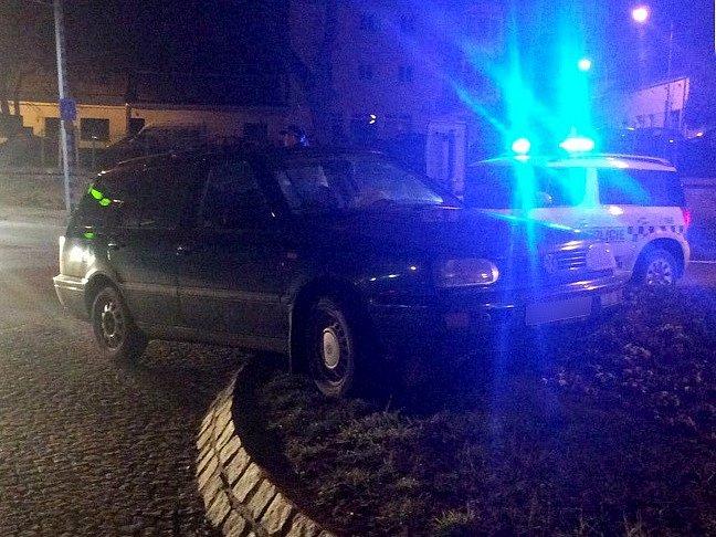 Kuriózní nehodu zaznamenali ve čtvrtek ráno znojemští strážníci. Při rutinní kontrolní činnosti v Přímětické ulici objevili auto, které stálo na ostrůvku kruhového objezdu u ulic Přímětická a K Sirotčinci.
