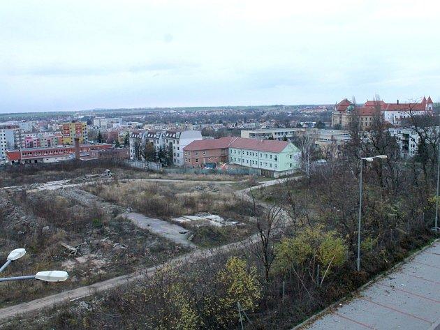 Areál Malá Louka v dolní části Znojma čeká na další využití. Areál pokračuje větší částí vlevo, kde je nyní rumiště. Vpravo je vidět část Louckého kláštera.