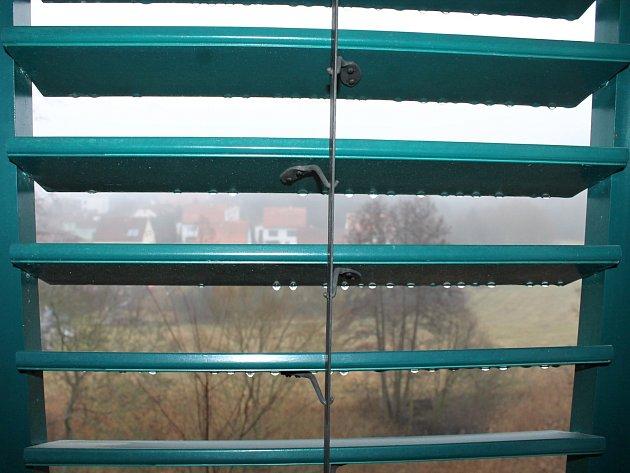 Banketní taneční společenský sál uherčického zámku získal poslední pětici nových oken. Už do něj nebude foukat studený vítr.