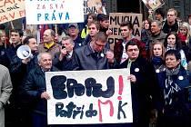 Krumlovští demonstrují v Praze kvůli Slovanské Epopeji.