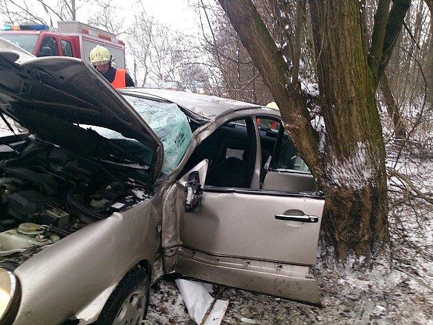 Hasiči vyprostili řidiče z havarovaného auta. U Hrádku narazil bočně do stromu.