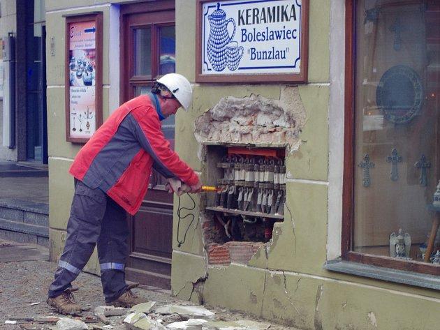 U požáru rozvodné skříně v Michalské ulici zasahovali znojemští, suchohdrelští a únanovští hasiči.