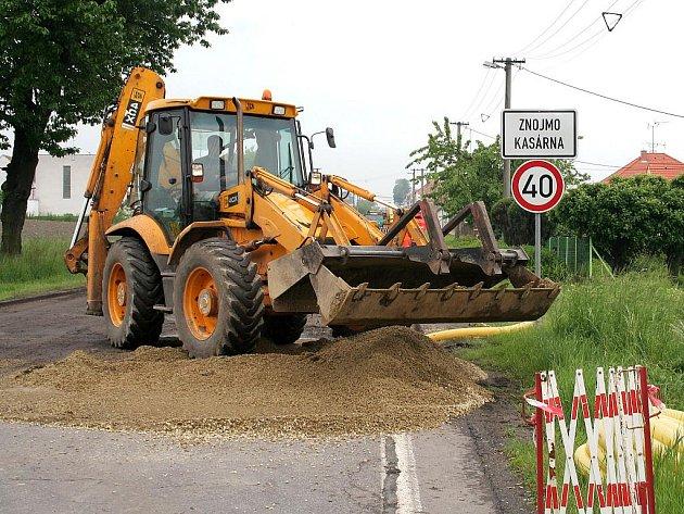 Začala oprava zničené silnice I/38 v Kasárnách u Znojma.
