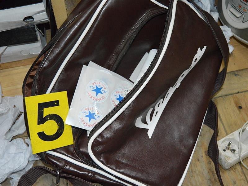 Celníci odhalili na Znojemsku vietnamské padělatele. Prodávali falešné značkové zboží.
