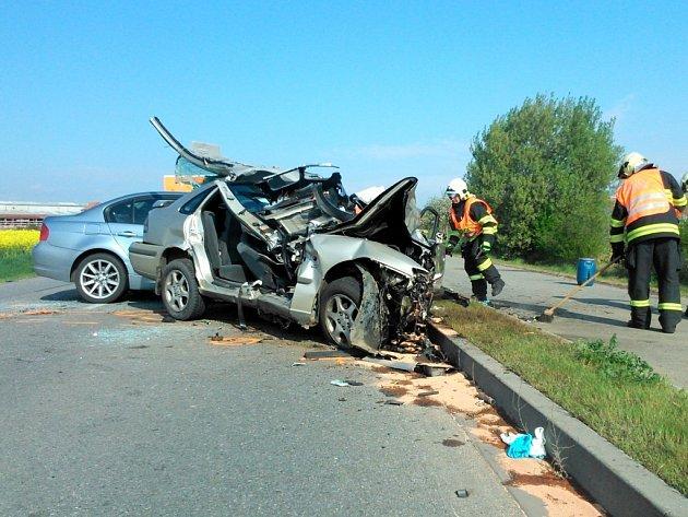 Mazda a BMW se čelně srazila na rovném úseku silnice u Olbramovic v pondělí (14.4.2014) ráno. Silnice byla více než tři hodiny zcela neprůjezdná. Policie dopravu odkláněla přes městys.