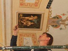 Kancelář starosty Hrušovan zdobí prvotina Alfonse Muchy.