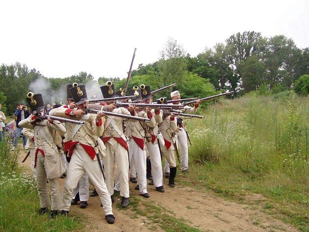 První velkou bojovou ukázku předvedli členové klubů vojenské historie před devíti lety. I tehdy bojovali o most přes Dyji. Letos se napoleonská bitva strhne v Dobšicích v poslední červnový víkend.
