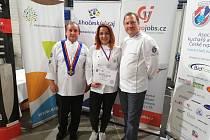 Viola Antlová s diplomem za úspěch v soutěži.