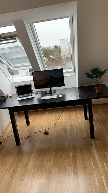 Zpěváček žije ve Vídni. Takový má stůl.