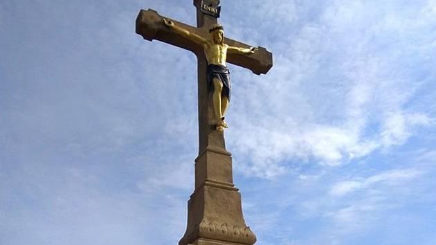 Nově opravený kříž u Nádražní ulice v Moravském Krumlově.