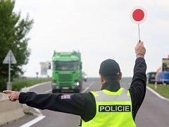 Čeští policisté společně s rakouskými kolegy kontrolovali v Hatích kamiony. Důsledně. Auta prošla i technickou kontrolu díky rakouské mobilní STK.