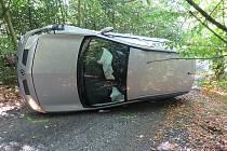 Nehoda auta u vranovské přehrady. Opilý řidič měl štěstí, vyvázl bez zranění.