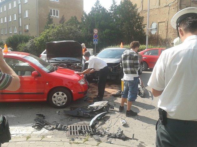 Ve znojemské ulici Coufalova se ve čtvrtek ráno srazila tři osobní auta.