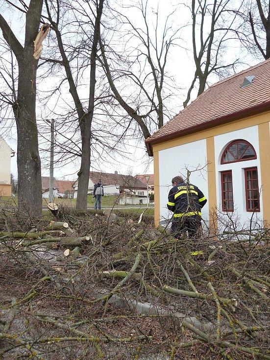 Ve Vevčicích u Jevišovic odstraňovali hasiči strom spadený na kapličku.