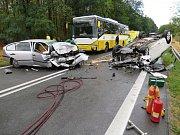Na silnici I/53 za Lechovicemi u Čejkovic se srazila dvě osobní auta a autobus.