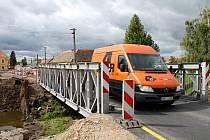 Až do konce roku budou muset řidiči strpět jednosměrný provoz ve Chvalovicích. Staví se tam nový most za sedm milionů korun.