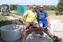 Po dva dny bavila obyvatele Miroslavi lavička použitá městem jako zátaras na polní cestě.