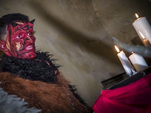 Nádvoří krumlovského zámku se v úterý večer proměnilo v peklo a nebe.