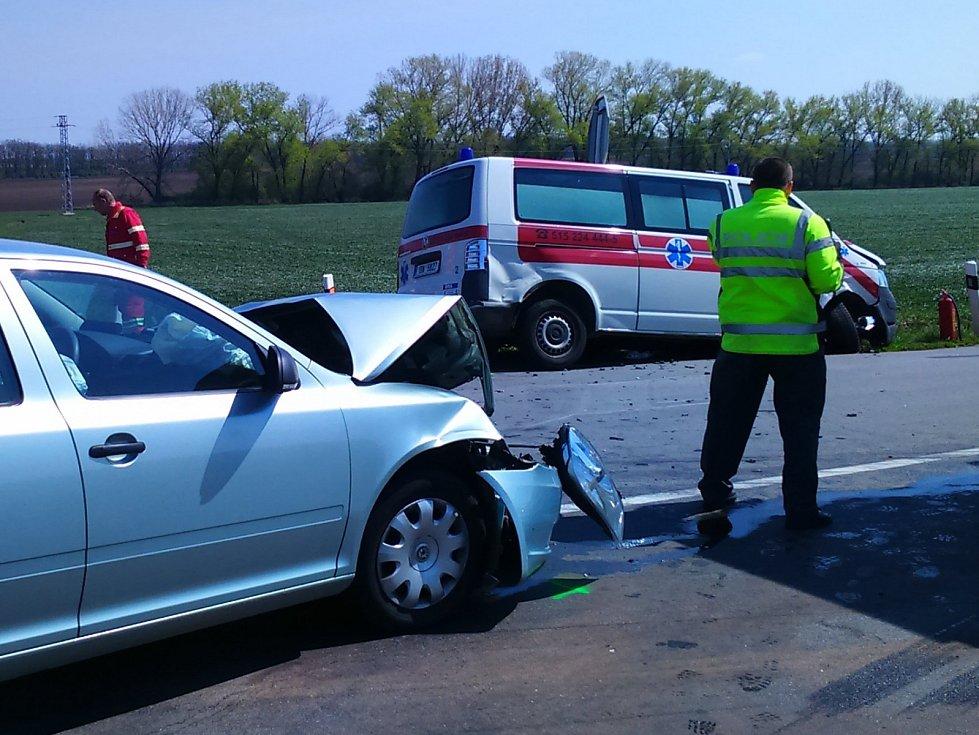 Nehoda na mackovické křižovatce skončila v pátek před polednem naštěstí jen jedním lehkým zraněním.