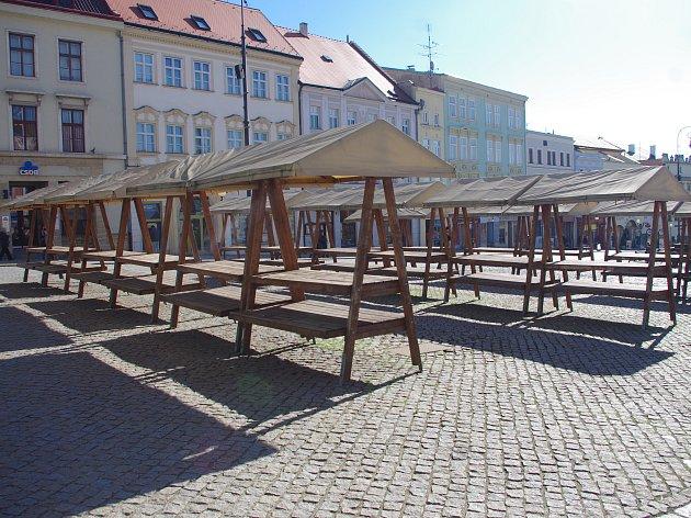 Stánky trhovců na znojemském Masarykově náměstí zely vpondělí dopoledne prázdnotou.