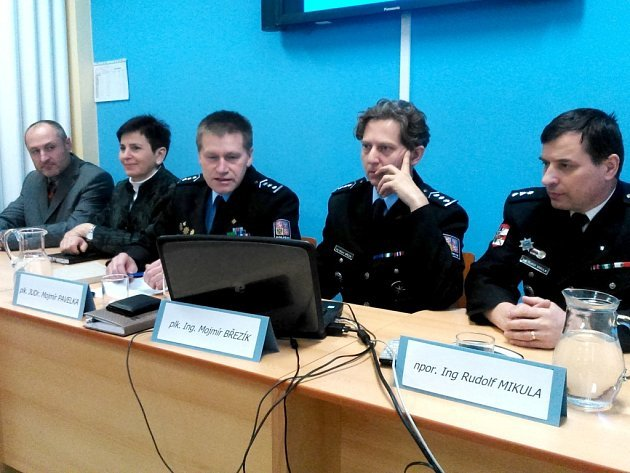 Vedení znojemské policie na tiskové konferenci ke kriminalitě v roce 2014. Zleva Libor Jedlička, Lenka Kučerová, Mojmír Pavelka, Mojmír Březík a Rudolf Mikula.