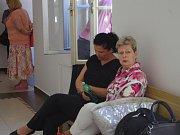 Obžalovaná Vanda Tavalyová (vlevo v černém) se svojí obhájkyní Evou Frélichovou na chodbě znojemského soudu.