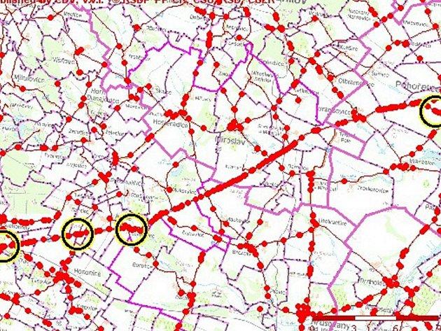 Mapa dopravních nehod mezi Znojmem a Pohořelicemi. Kroužky ukazují, kde řidiči bourali s alkoholem v krvi
