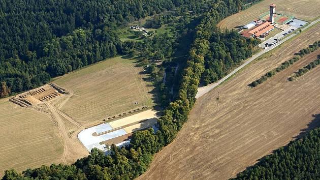 Od příští sezony mohou turisté využívat zbrusu nové parkoviště (vlevo v poli) u cesty k hradu Bítov.