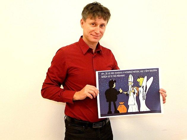 Ředitel krumlovského kulturního střediska se baví kreslením vtipů. Své výtvory vystavuje až do 12.ledna.
