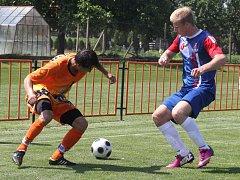 Fotbalisté IE Znojmo (v oranžovém) - ilustrační foto.