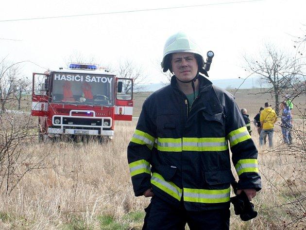 Přibližně dva hektary travnaté plochy hořely u silnice před Popicemi u Znojma. Na místě zasahovalo několik jednotek hasičů. Byli mezi nimi profesionálové ze Znojma, ale také dobrovolní hasiči ze Šatova či Suchohrdel.