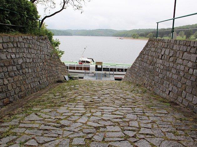 Lodě Martina Balíka na přehradě nejen kotví, ale vozí i turisty.