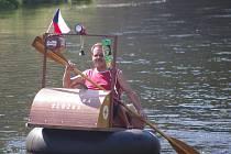 Čtvrtou Neckyádu uspořádali na Dyji pod znojemskou přehradou Přátelé Dyjské vsi, lidé z blízké Koželužské ulice. Na vodu vypluly tři desítky bizarních plavidel.