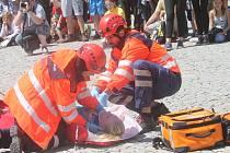 Scénku s nehodou a následnou záchrannou akcí připravila na Horním náměstí ve Znojmě střední zdravotnická škola. Studentům pomohli skuteční záchranáři.