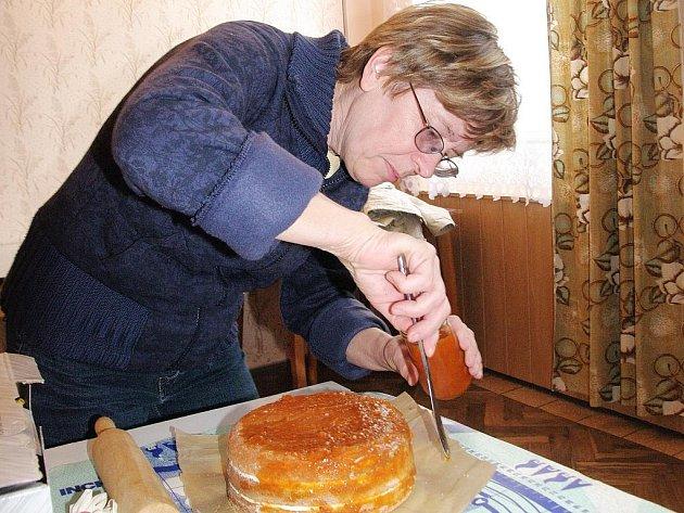 Ve zdobení dortů se v sobotu v Boroticích pocvičily dvě desítky amatérských cukrářek z Borotic i širokého okolí, které přilákalo Dortování pořádané tamním sdružením Mozaika.