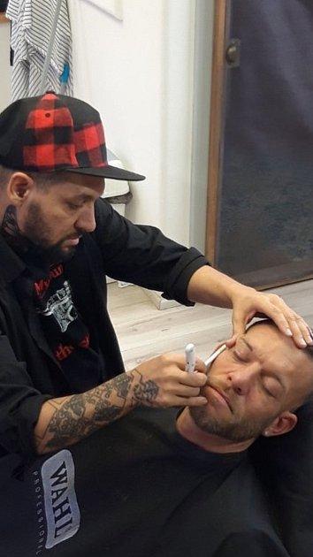 Znojemský barber Lukáš Pospíšil ve výkonu své práce. Foto: archiv Lukáše Pospíšila