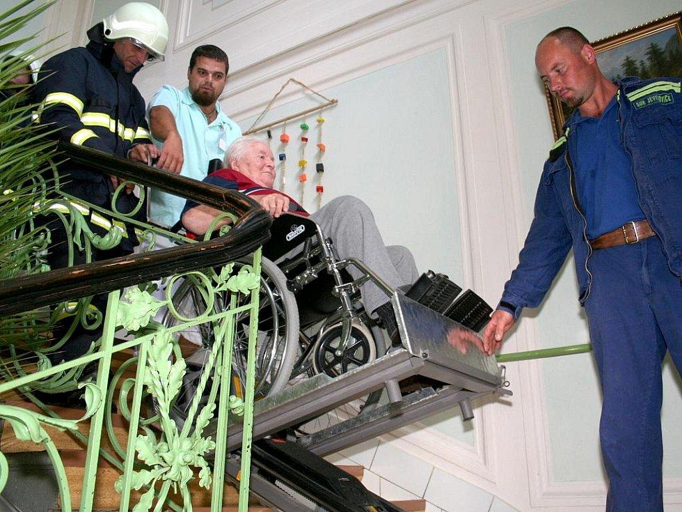 Jevišovičtí dobrovolní hasiči nacvičovali zásah v místním domově důchodců. Lidé, kteří jsou imobilní, opouštěli při evakuaci domov také na takzvaném schodolezu.
