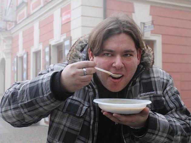 Dopoledne na Štědrý den se ve Znojmě na Masarykově náměstí před hospůdkou U Šneka nalévala rybí i čočková polévka nebo svařák.