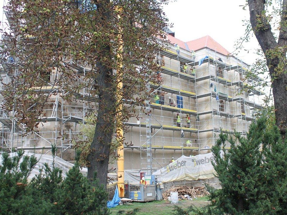 Miroslavský zámek pod rukama stavebních dělníků.