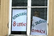 Zrušení osmiletého gymnázia se nelíbí studentům ani učitelům znojemské školy, na její okna vyvěsili plakáty.