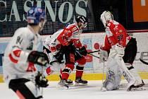 Znojemští hokejisté (v červeném) přivítali předposlední únorové úterý na svém ledě tým Innsbrucku v rámci nadstavby EBEL.
