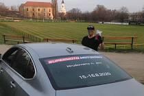 Deset dní zabezpečovali fotbalisté týmu TJ Cukrovar Hrušovany nad Jevišovkou distribuci roušek. Lidem poskytli svůj areál pro výdej ústenek.