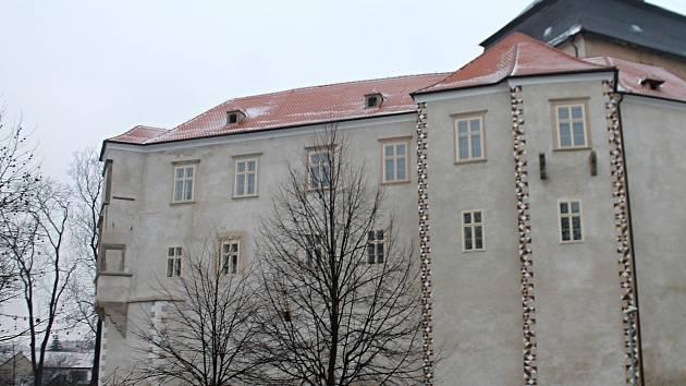 Na zámku v Miroslavi chystají strašidelnou stezku. Z triček uháčkují koberec