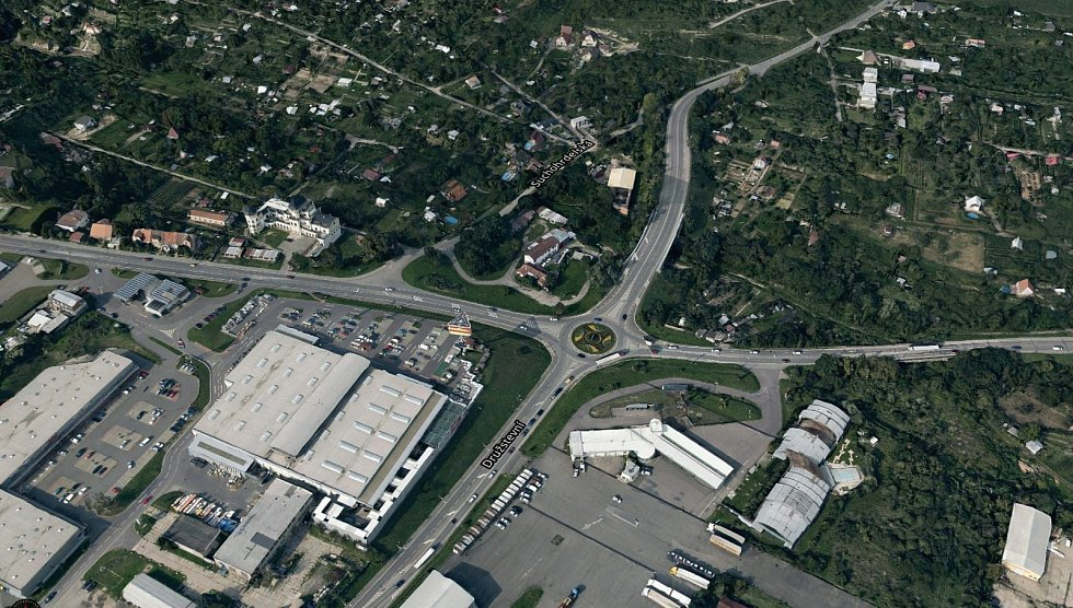 Dopravu z centra Znojma by měla stáhnout mimoúrovňová křižovatka u Baumaxu, spolek Obchvat je ale proti, má vlastní řešení. Chce nový projekt.