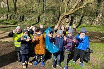 Ke Dni Země letos SVČ Znojmo vyzvalo dobrovolníky k úklidu přírody ve svém okolí.