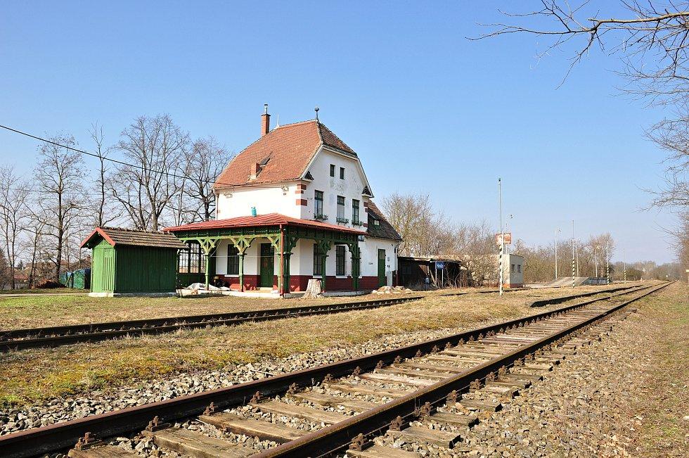 Nevyužívanou železniční trať chtějí Hevlínští využít pro turisty. Jezdit po ní budou na šlapacích drezínách, z historické budovy nádraží vytvoří muzeum.