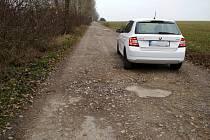 Obyvatelé Cínové hory chtějí po vedení Znojma, aby nechalo opravit cestu do Citonic. Je děravá.