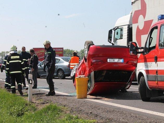 Dopravu na silnici ze Znojma na Hatě zkomplikovala srážka tří osobních aut v prostoru hlavní silnice a odbočky na letiště.