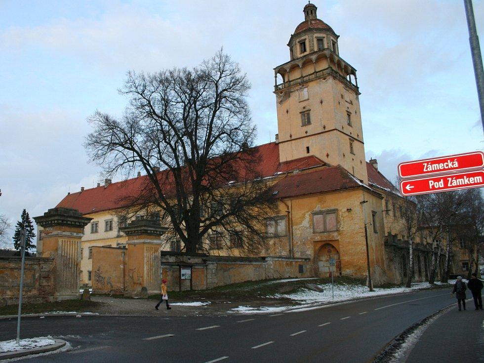 Zámek v Moravském Krumlově. Hrad přestavěný na zámek s arkádovým nádvořím, vlastníkem je město.