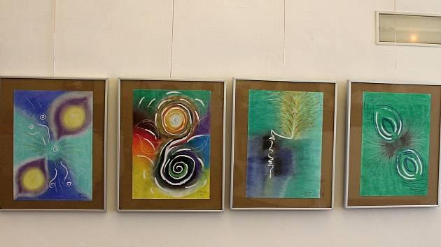Výstava obrazů Jany Hubáčkové s názvem Vize a podtitulem Výstava mezi nebem a zemí je k videní v mázhausu znojemského Domu umění až do pátého května.